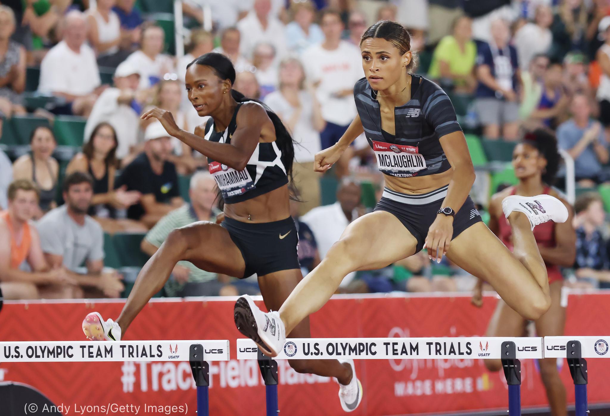 Dos mujeres saltando vallas de atletismo (© Andy Lyons/Getty Images)