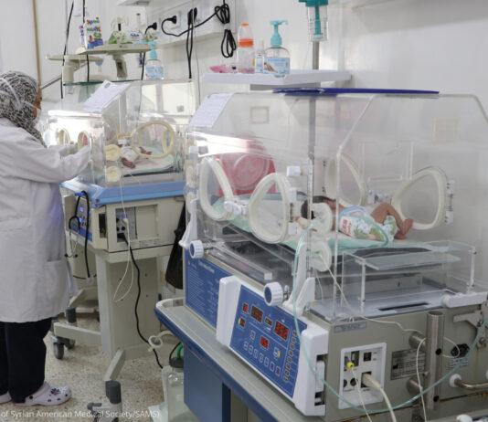 Une femme s'occupant de nouveau-nés dans des incubateurs (Photo offerte par la Syrian American Medical Society/SAMS)
