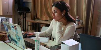 一名女性坐在手提电脑前(图片由本人提供)