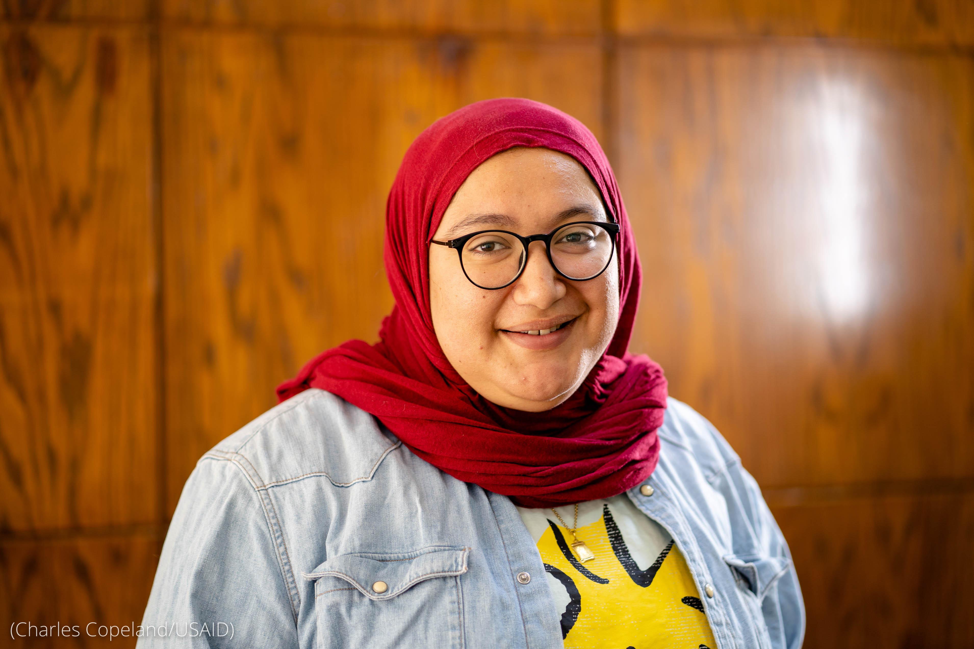 Foto de Doaa Aref com hijab, sorrindo (Charles Copeland/Usaid)