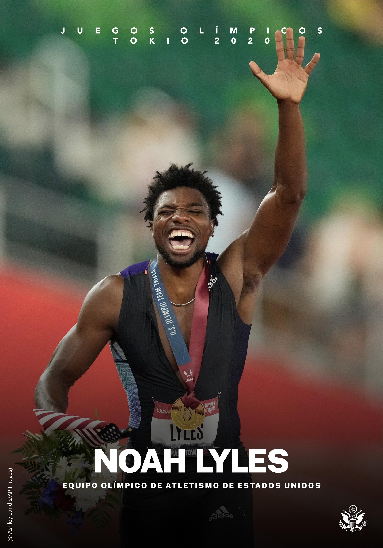 Noah Lyles con la mano izquierda levantada, vitoreando (© Ashley Landis/AP Images)