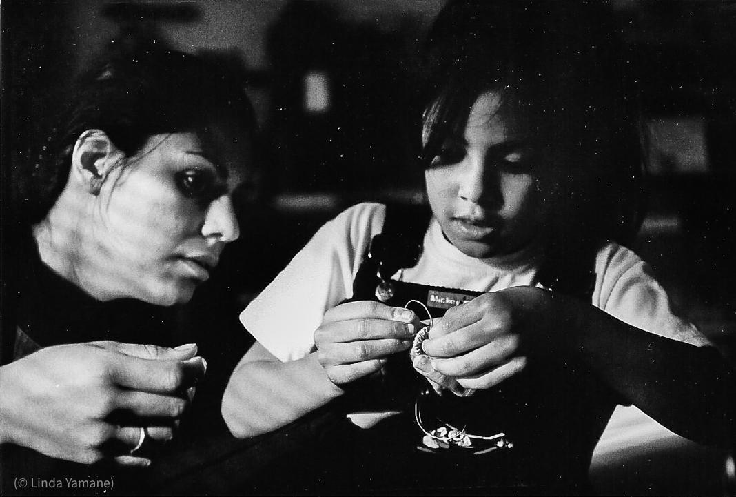 Dua orang membuat keranjang (© Linda Yamane)