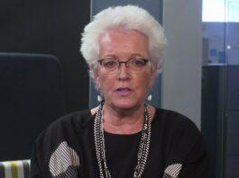 Gayle Smith falando para a câmera