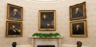 ওভাল অফিসের দেয়ালে ফ্রেমবন্দি ছবি ঝুলছে। (© অ্যালেক্স ব্র্যান্ডন/এপি ইমেজেস)