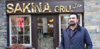 Kazi Mannan berdiri di depan restorannya (© Kazi Mannan