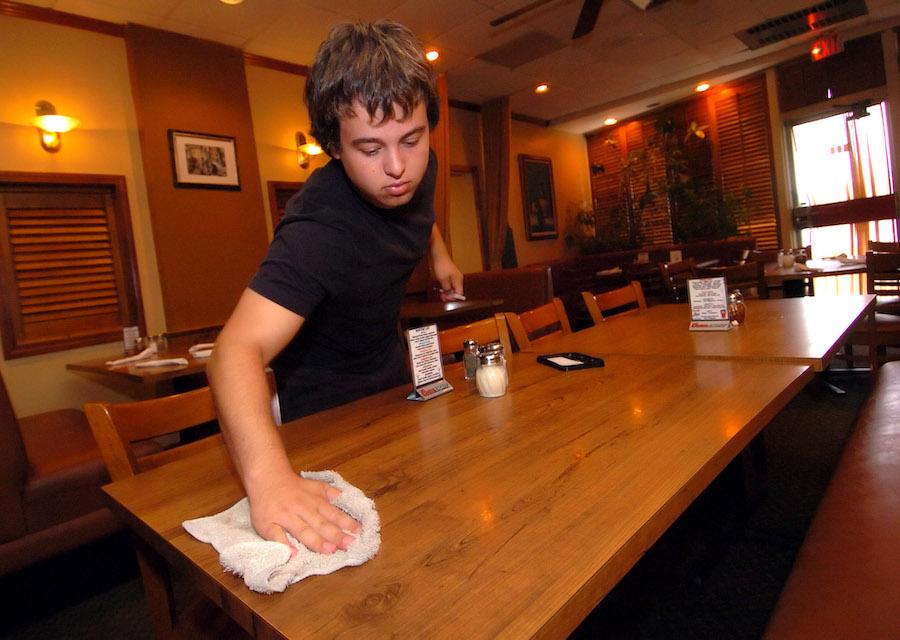 家住康涅狄格州的少年戴维·纳莱特在餐馆暑期打工(照片:美联社)
