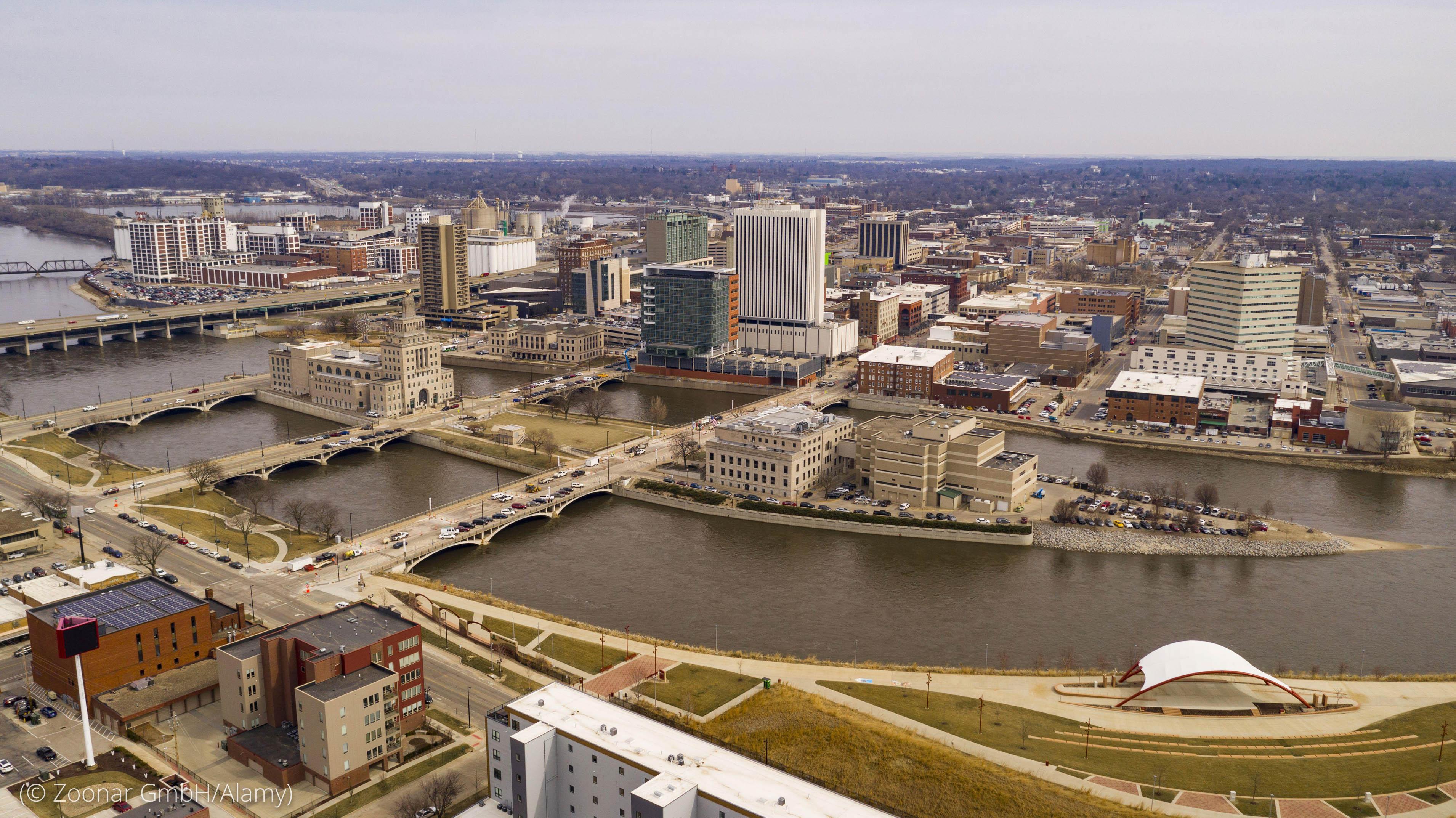 Vista aérea de cidade ao longo de um rio (© Zoonar GmbH/Alamy)