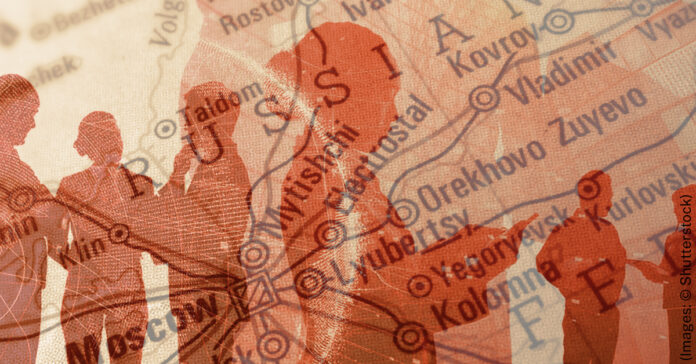 Silueta de personas encima de un mapa (Imagen: © Shutterstock)