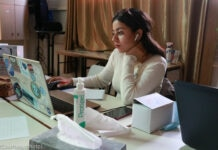 Perempuan duduk di depan laptop (Courtesy photo)