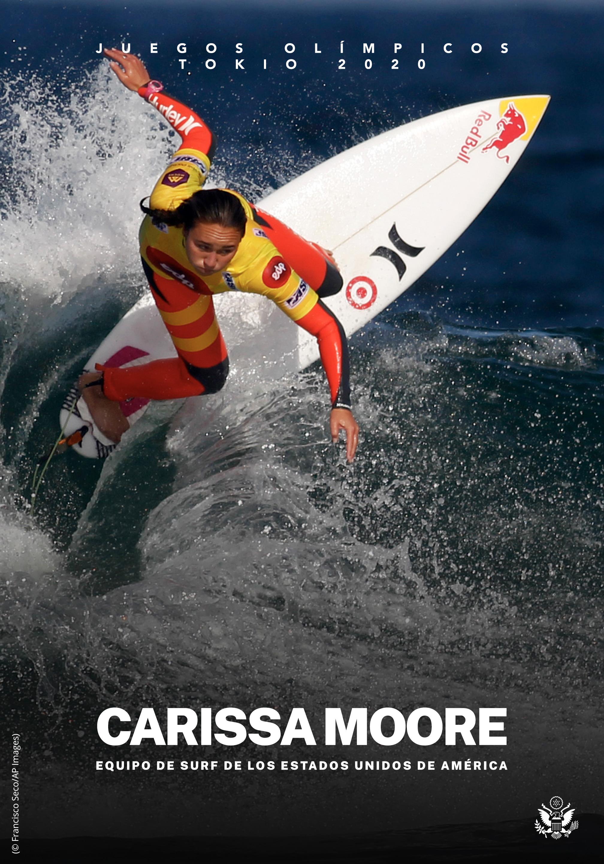 Carissa Moore en una tabla de surf montada en una ola (© Francisco Seco/AP Images)