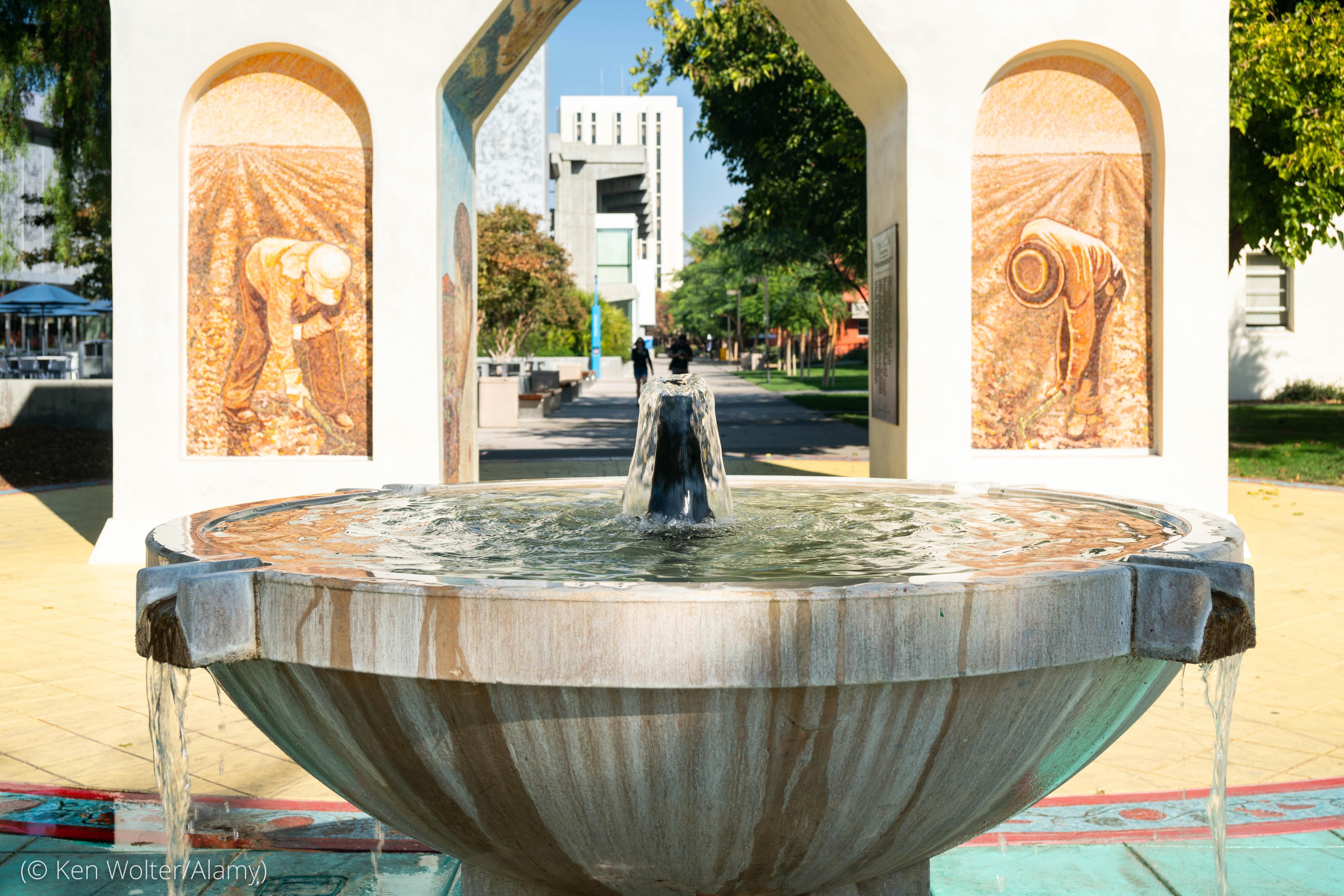 Fountain in front of arched monument (© Ken Wolter/Alamy)
