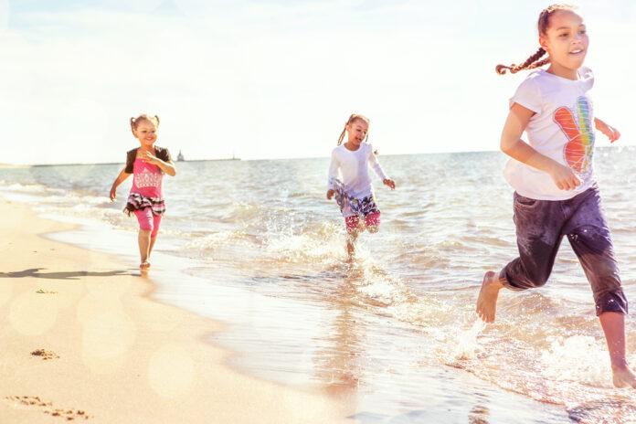 Anak-anak perempuan berlari di pantai (Shutterstock)