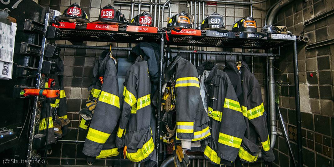 Пожарное оборудование в пожарной части На пожарной станции в Нью-Йорке расставлено пожарное снаряжение. За годы, прошедшие после терактов 11 сентября, пожарная служба Нью-Йорка и пожарные Братиславы обменялись различными сувенирами, включая пожарную каску и дождевик с автографом пожарного. (© Shutterstock)