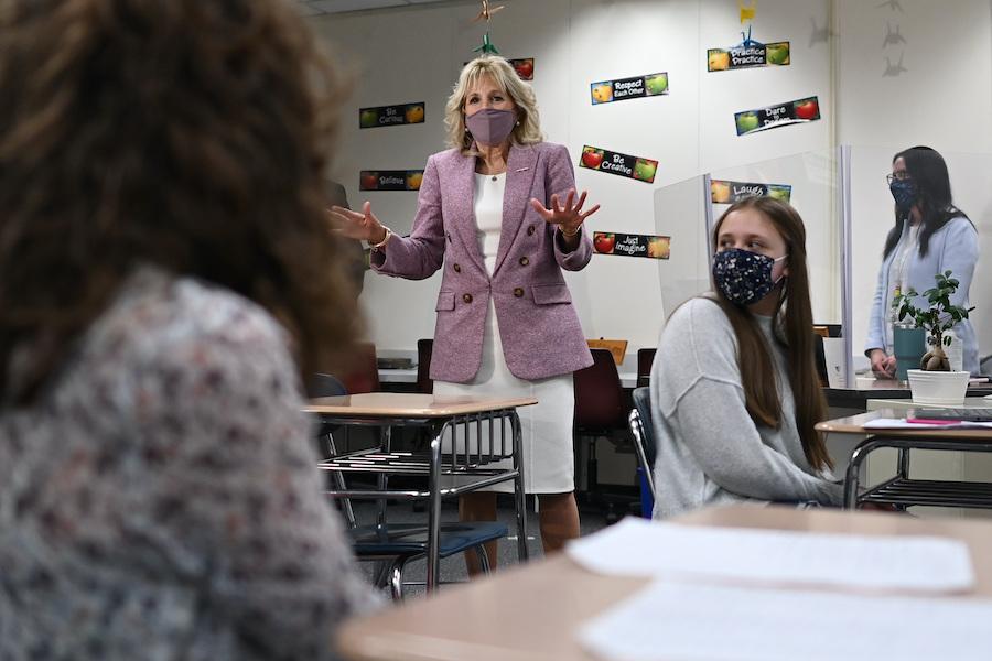第一夫人吉尔·拜登与宾夕法尼亚州一所中学的学生交谈(照片:美联社)