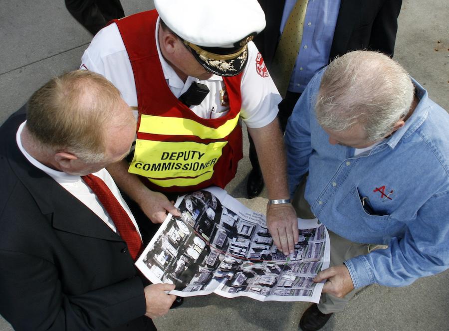 芝加哥市举行大规模疏散演习,相关人员正在核对地图标识(照片:美联社)