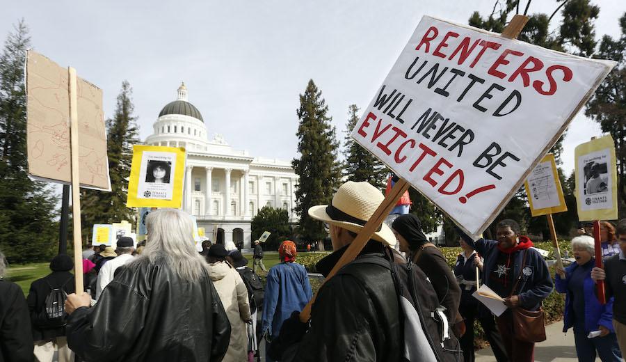 加州租户权利组织在州首府示威(照片:美联社)