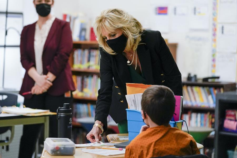 第一夫人吉尔·拜登参观新罕布什尔州一所小学(照片:美联社)