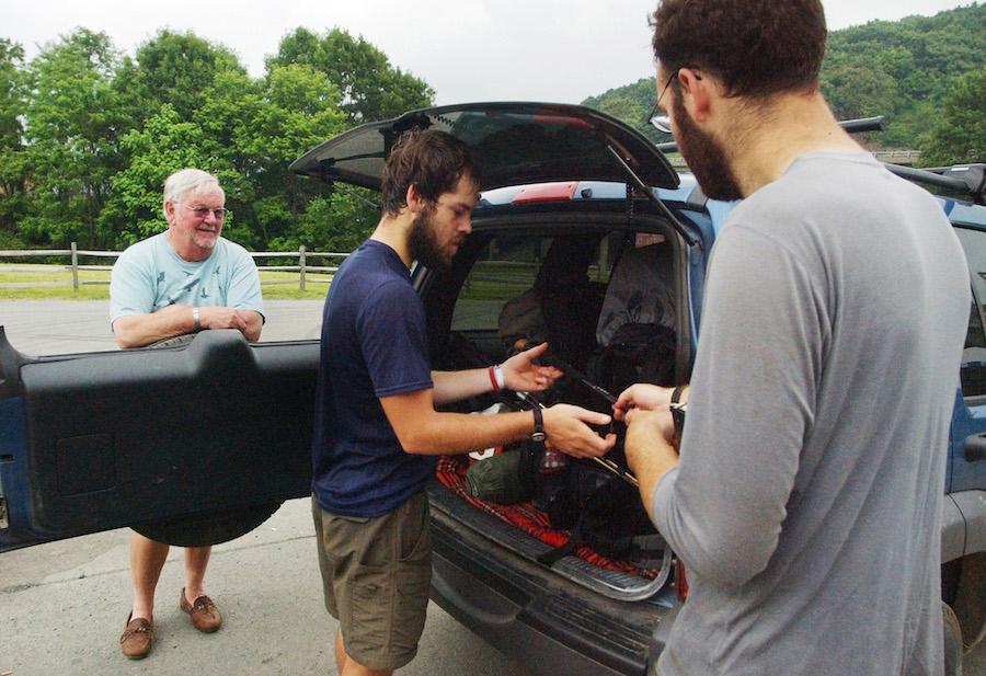 阿巴拉契亚山径在弗吉尼亚州的Waynesboro附近穿过,当地的一位步道天使Bill Gallagher(面对镜头的白发老者)在等两位徒步者将背包放进车的后箱,然后接他们前去镇里休整和补充给养。(美联社图片)