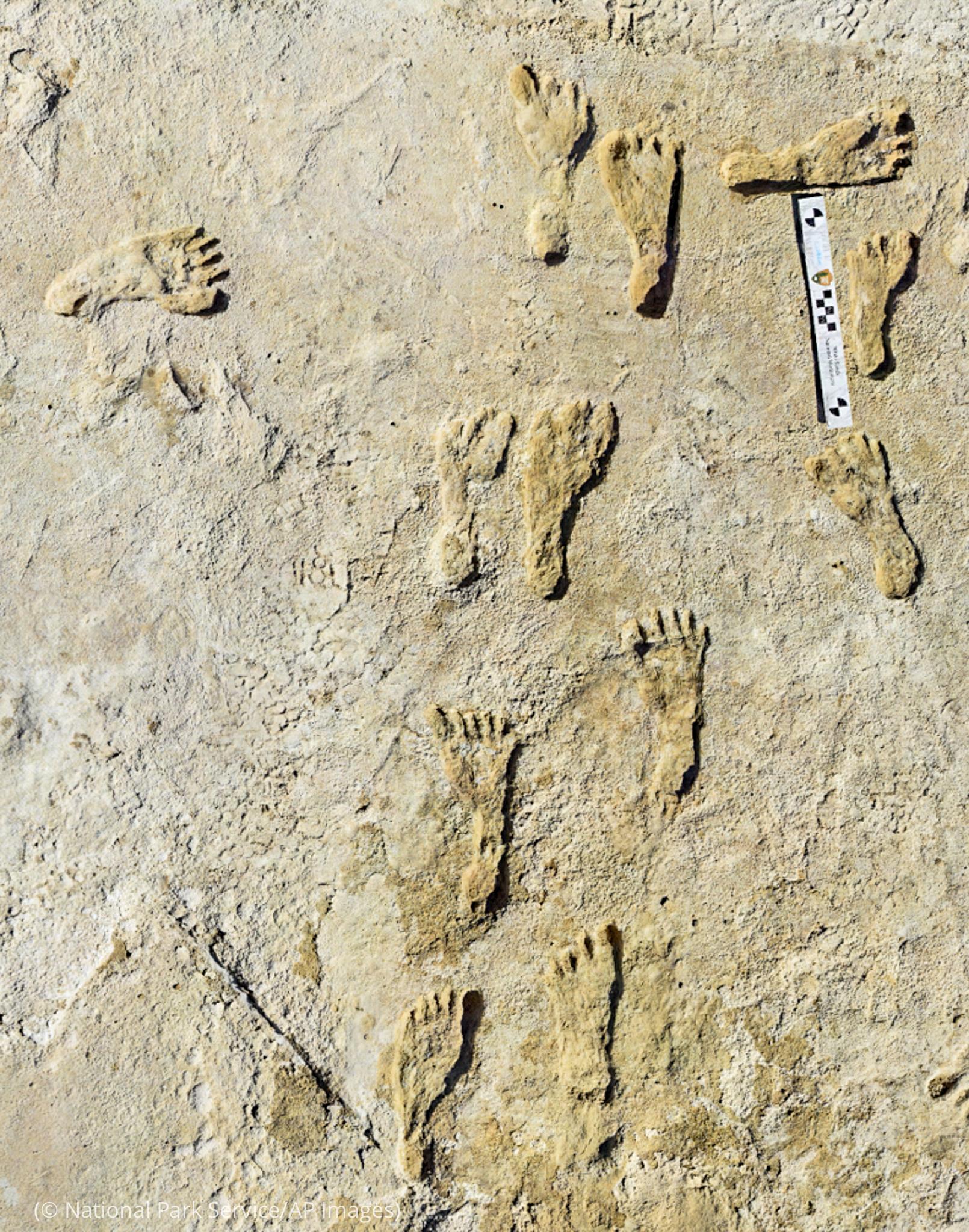 انسانی پاؤں کے نشانات کی تصویر۔ (© National Park Service/AP Images)
