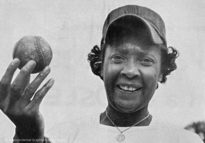 Toni Stone tenant une balle de baseball (© Transcendental Graphics/Getty Images)