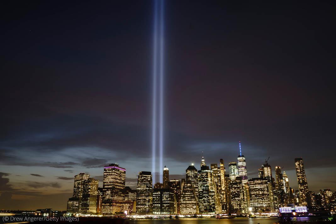 Deux faisceaux lumineux pointés vers un ciel de nuit au-dessus de la ville de New York (© Drew Angerer/Getty Images)
