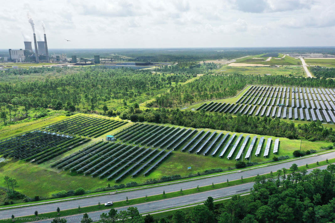 Vista aérea de hileras de paneles solares en un campo (© Paul Hennessy/SOPA Images/LightRocket/Getty Images)
