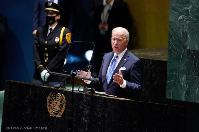 Le président Biden prononce une allocution à un pupitre (© Evan Vucci/AP Images)