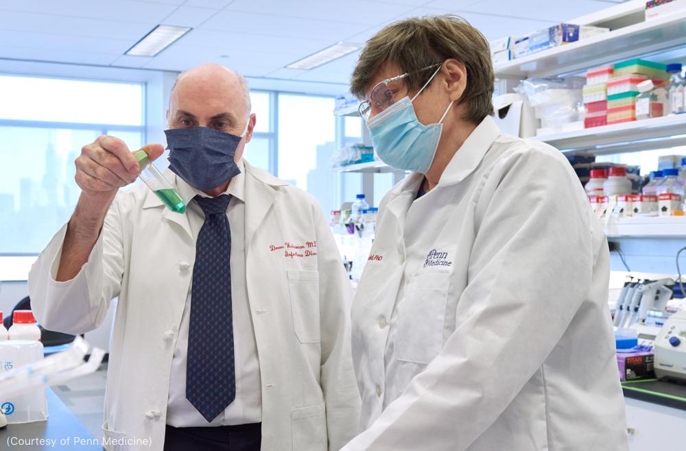 درو وایسمن و کاتالین کاریکو در حال کار در آزمایشگاه (Courtesy of Penn Medicine)