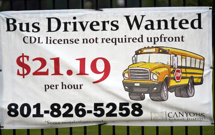 """今年秋季新学期开学前后,全美许多中小学出现""""抢司机""""大战,原因无他,校车司机供不应求。在此背景下,校车司机的收入也水涨船高,目前时薪普遍已在20美元左右。据全美校车协会等机构的联合调查,由于校车司机不足,大部分学校不得不调整校车运行时间及线路,以便尽可能满足学生上下课接送需要。"""