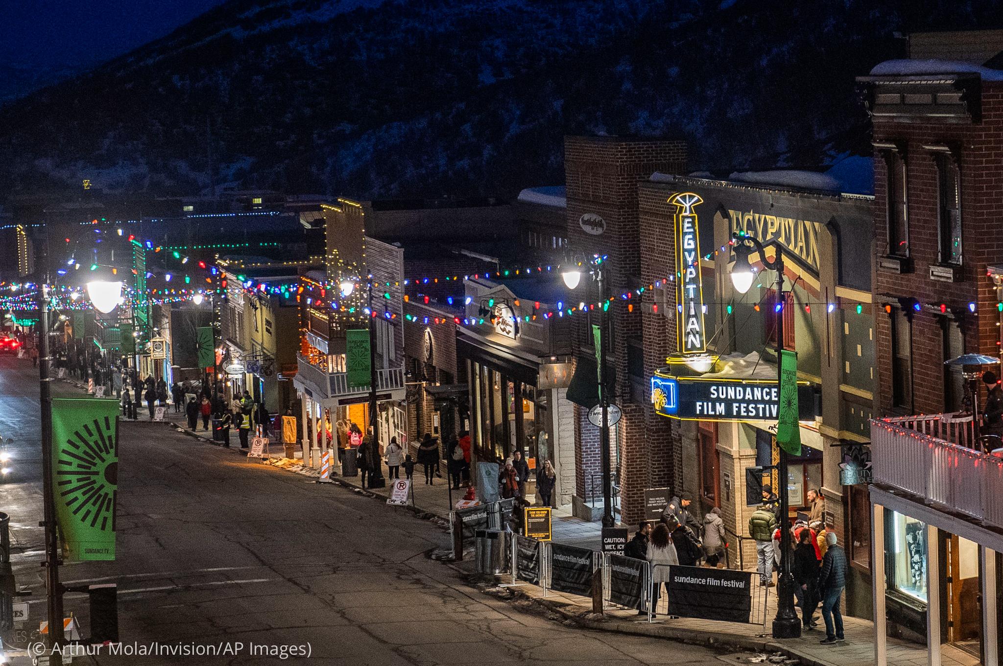 نمای شبانه از یک خیابان در پارک سیتی ، یوتا . (© Arthur Mola/Invision/AP Images)