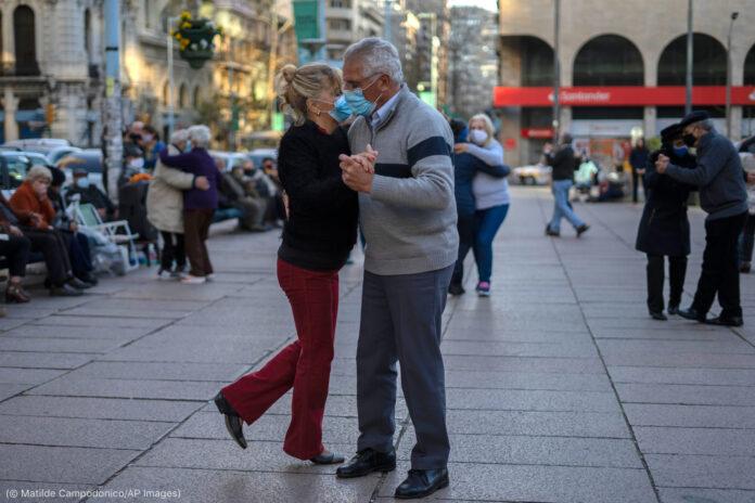 一对舞者带着口罩跳舞(© Matilde Campodonico/AP Images)