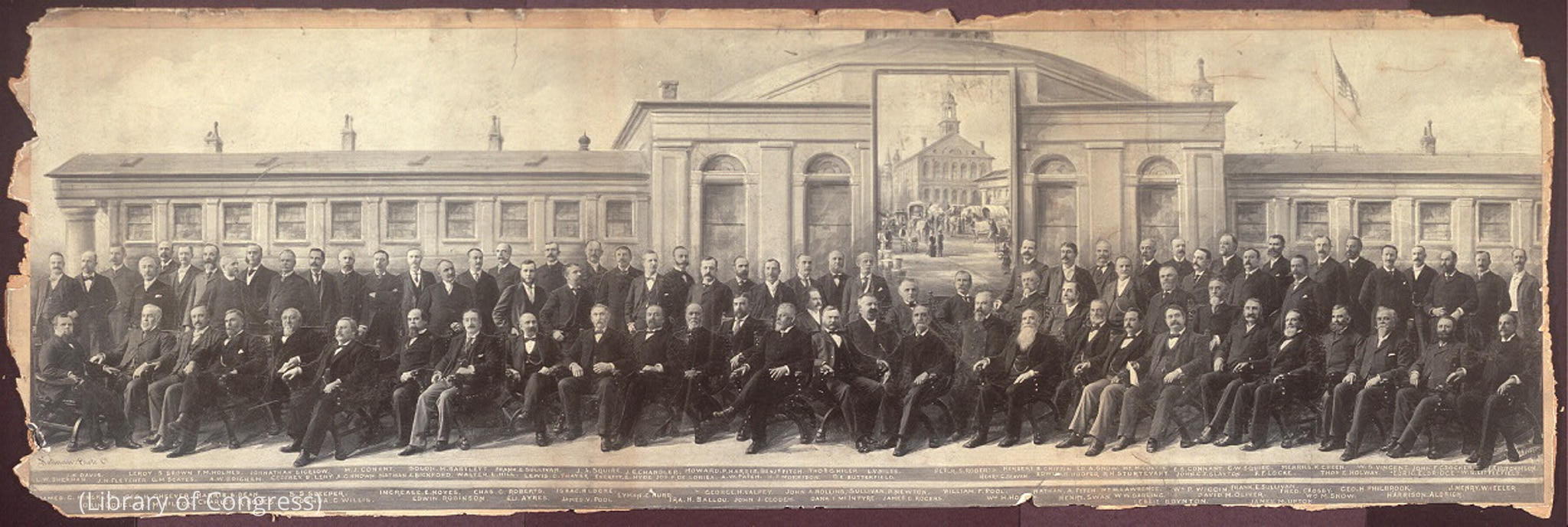 عکس تاریخی از مردهایی که در مقابل یک ساختمان نشسته اند. (Library of Congress)